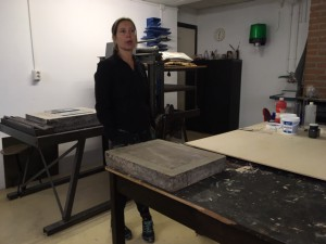 Excursie Grafische Werkplaats Den Haag. Carola van der Heijden vertelt over de techniek van het lithograferen. 6 april 2019